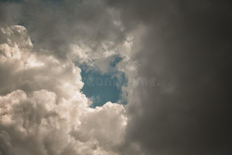 Nuvens de tempestade que cobrem o céu azul foto de stock