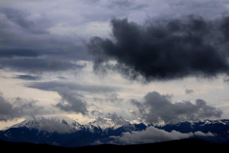 Nuvens de tempestade sobre as montanhas imagem de stock