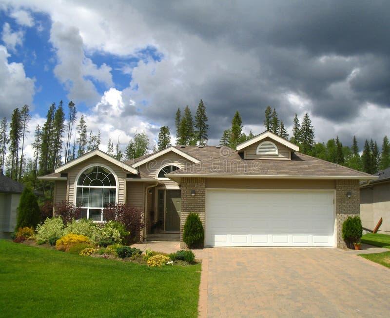 Nuvens de tempestade sobre a casa agradável nos subúrbios imagem de stock royalty free