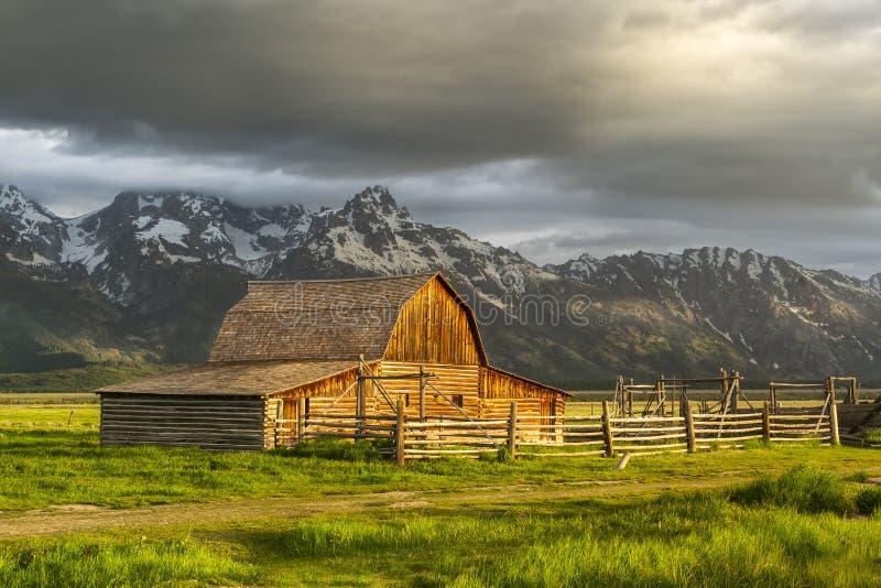 Nuvens de tempestade sobre o celeiro do mórmon no parque nacional grande de Teton foto de stock royalty free