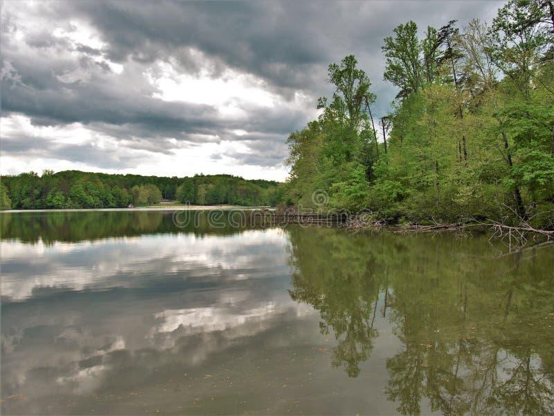 Nuvens de tempestade sobre o lago de pedra feericamente em Virgínia fotografia de stock