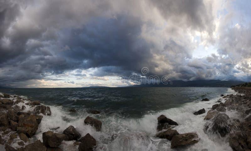 Nuvens de tempestade sobre o litoral imagem de stock