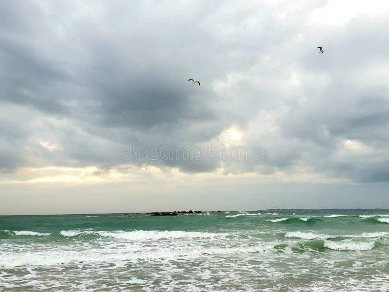 Nuvens de tempestade sobre o mar, fotografadas em Bloubergstrand, África do Sul imagem de stock