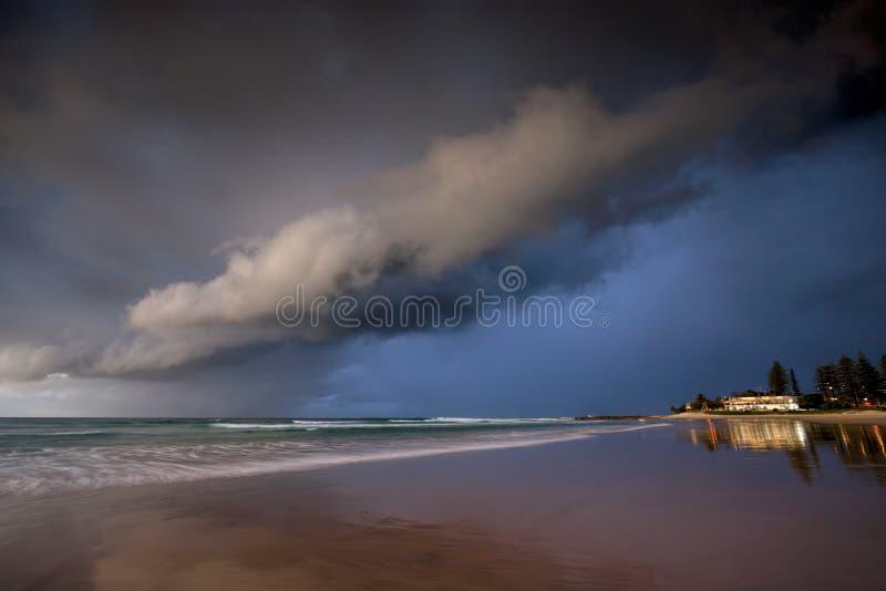 Nuvens de tempestade sobre a praia, baía do arco-íris, Gold Coast Austrália fotografia de stock royalty free