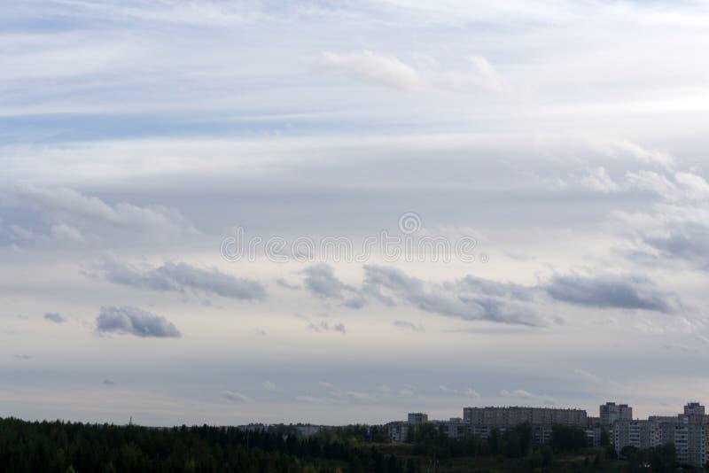 Nuvens de tempestade sobre uma cidade pequena na altura fotos de stock royalty free