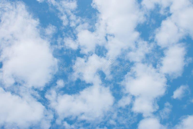 Nuvens do céu azul foto de stock royalty free
