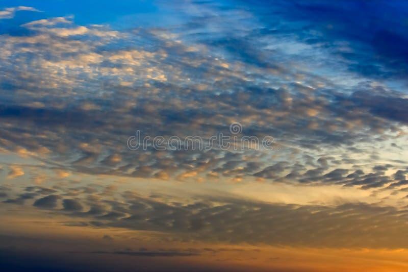 Nuvens do céu e de Altocumulus imagens de stock