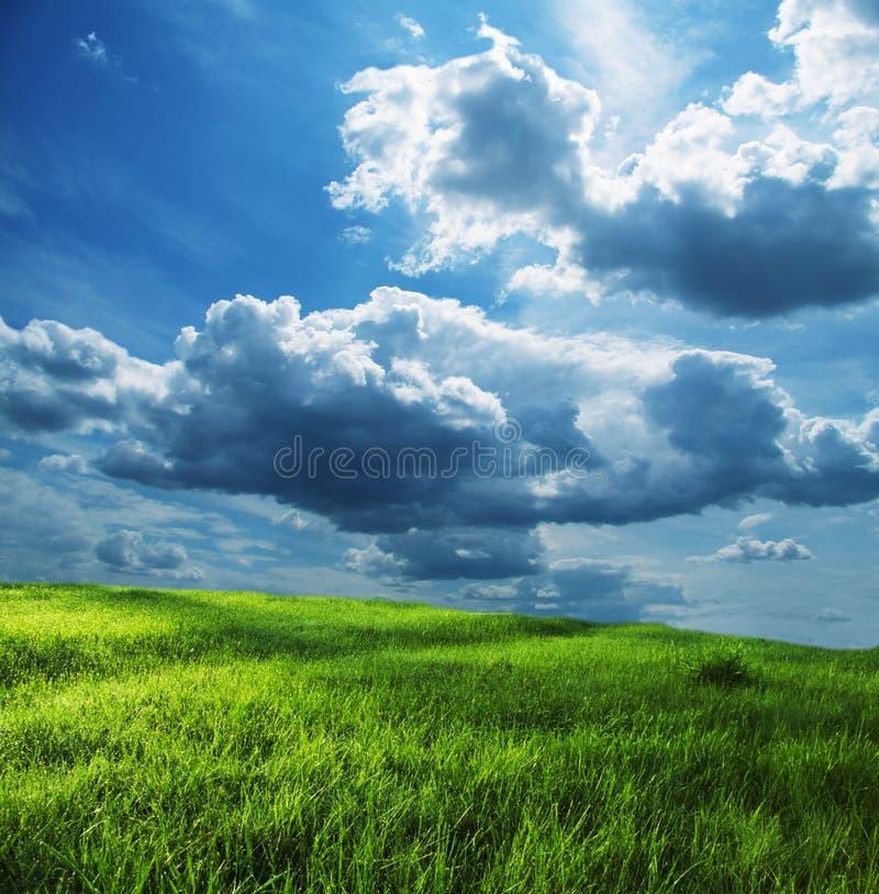 Nuvens do campo e de tempestade imagens de stock royalty free