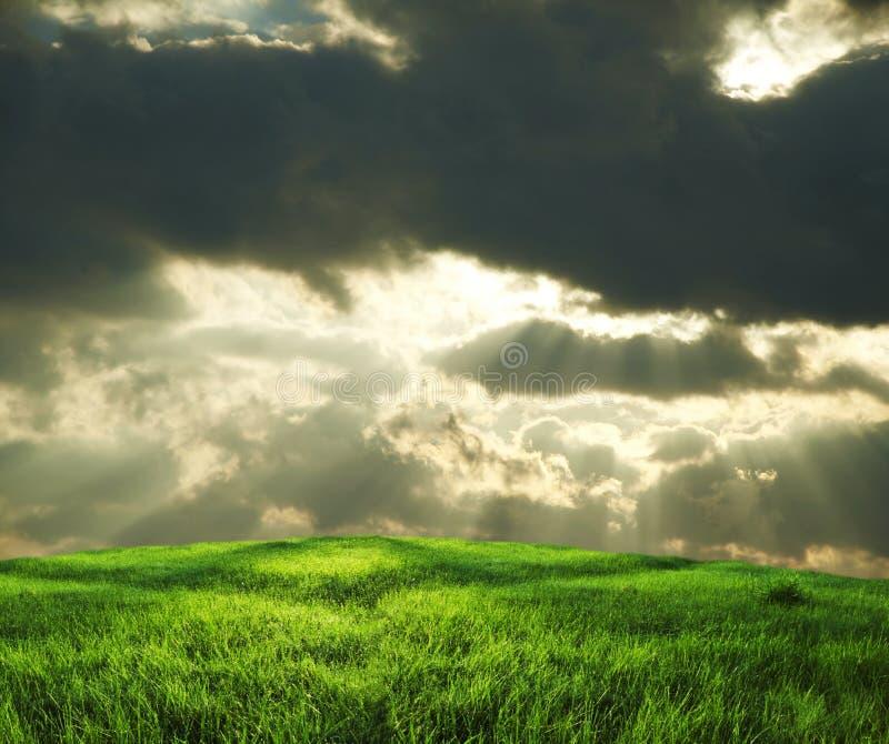 Nuvens do campo e de tempestade imagem de stock royalty free