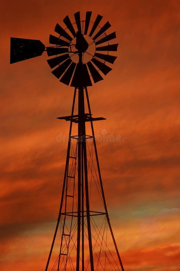 Nuvens do incêndio do moinho de vento fotografia de stock