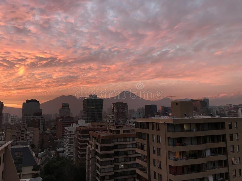 Nuvens do por do sol no Santiago, o Chile fotos de stock royalty free