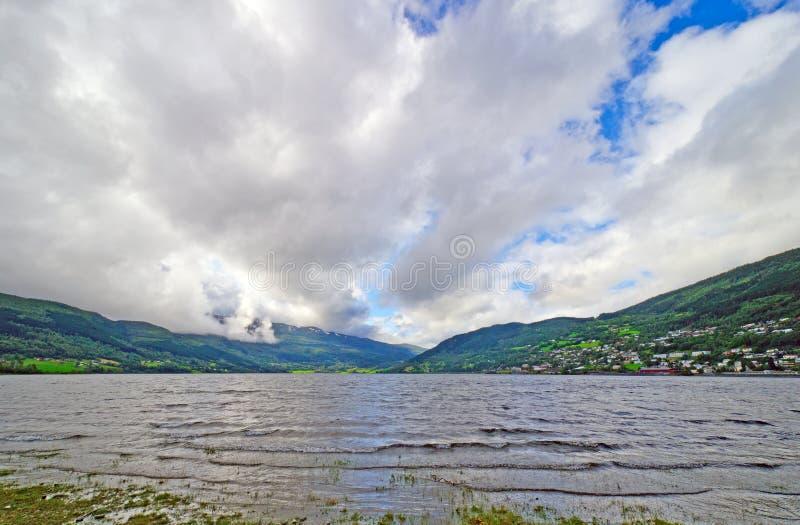 Nuvens do verão sobre um lago mountain foto de stock