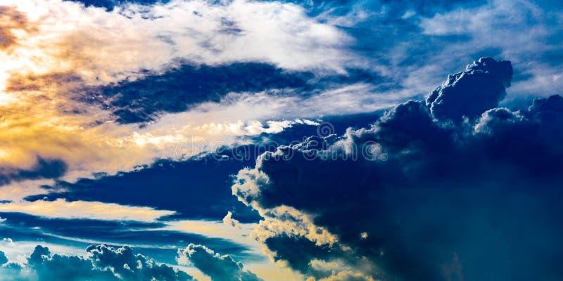 Nuvens dramáticas abstratas como o céu no por do sol ou no tempo do nivelamento imagem de stock royalty free