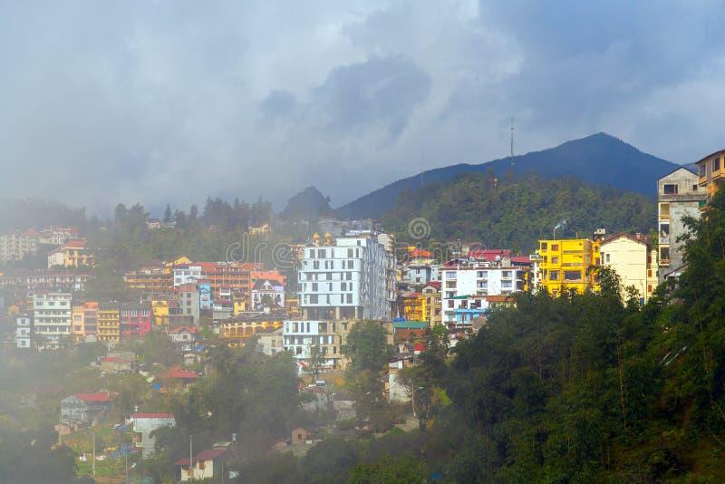 Nuvens dramáticas céu, cidade do Pa do Sa, cordilheira da paisagem na névoa foto de stock royalty free