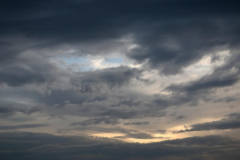 Nuvens dramáticas da tarde fotos de stock
