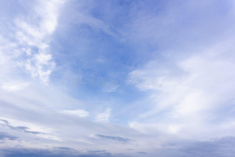 Nuvens dramáticas do céu sobre a luz solar alaranjada do sol fotos de stock royalty free