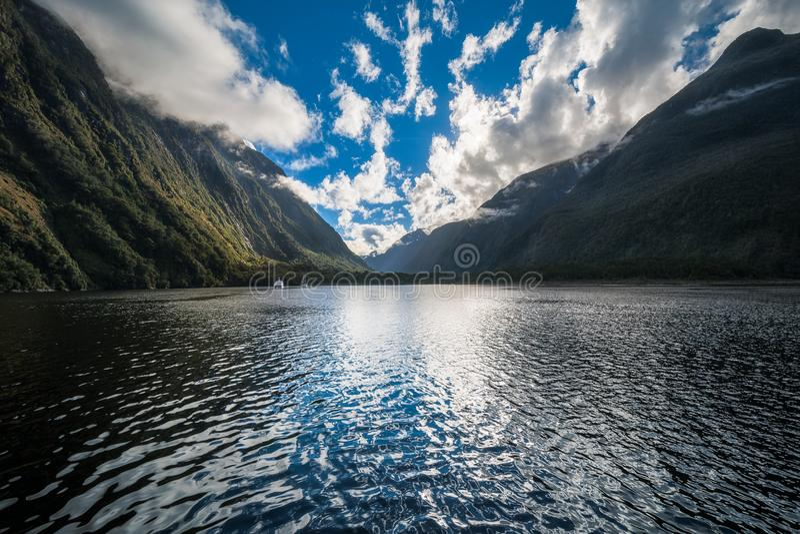 Nuvens dramáticas na manhã em Milford Sound imagem de stock royalty free
