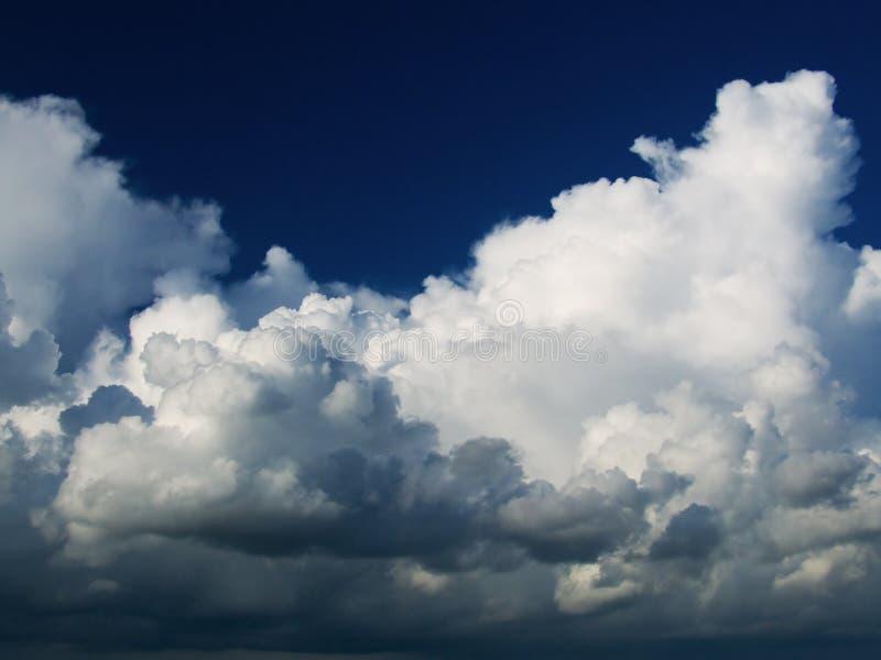 Nuvens dramáticas no céu azul fotografia de stock royalty free