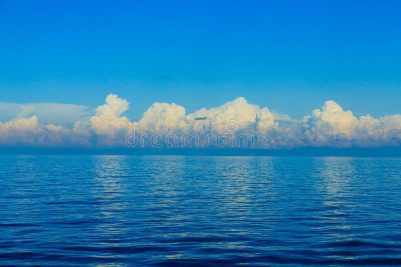 Nuvens dramáticas sobre o horizonte azul imagem de stock