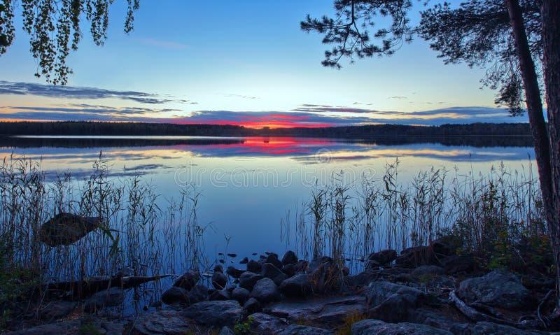 Nuvens dramáticas sobre o lago rural fotos de stock royalty free