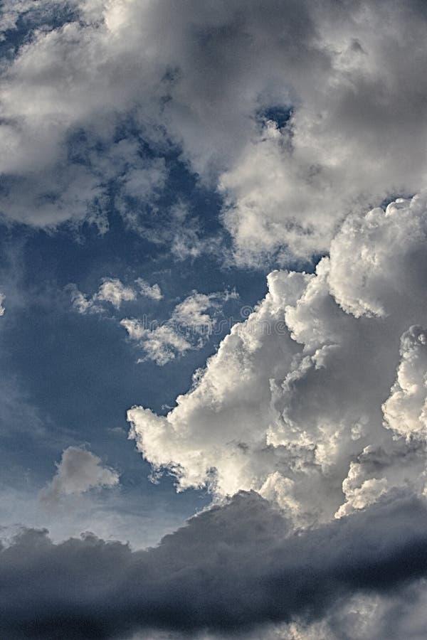 Nuvens dramáticas, verticais fotografia de stock royalty free