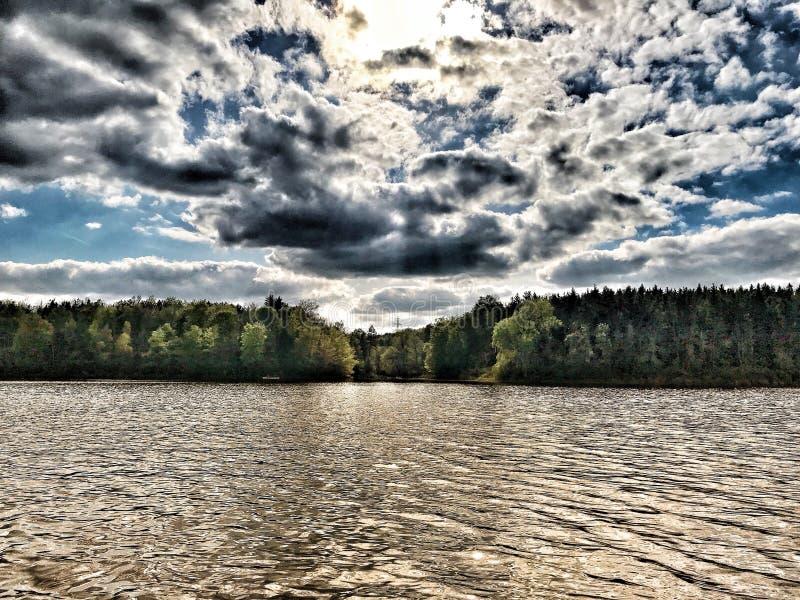 Nuvens e água foto de stock royalty free