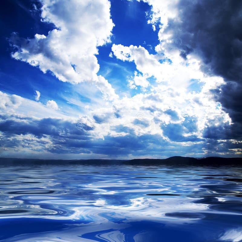 Nuvens e água imagem de stock royalty free