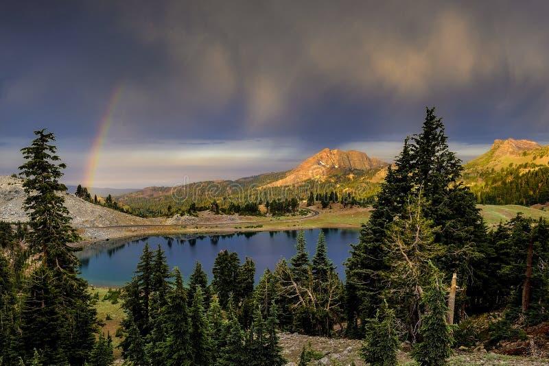 Nuvens e arco-íris de chuva sobre o lago Helen, parque nacional vulcânico de Lassen imagens de stock royalty free