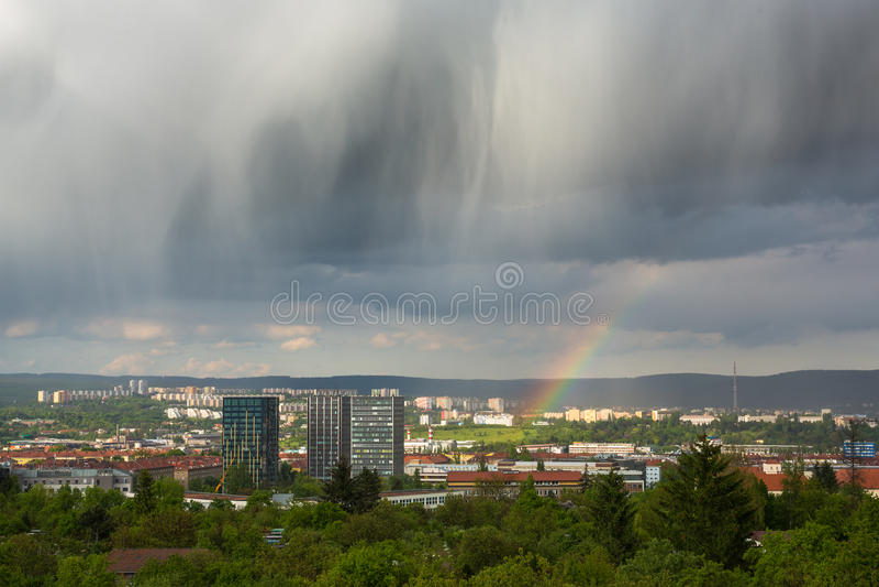 Nuvens e arco-íris espetaculares sobre a cidade fotografia de stock royalty free