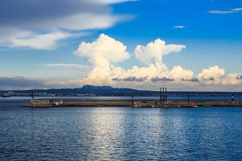 Nuvens e azul dramáticos no azul fotografia de stock royalty free