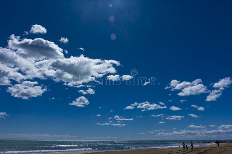 Nuvens e céu azul na praia imagens de stock royalty free