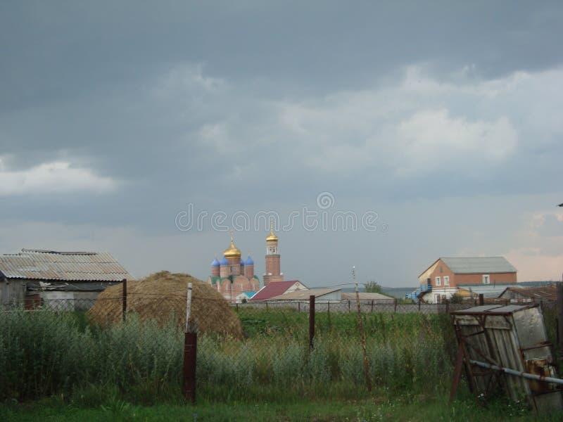 Nuvens e campo do verão fotografia de stock
