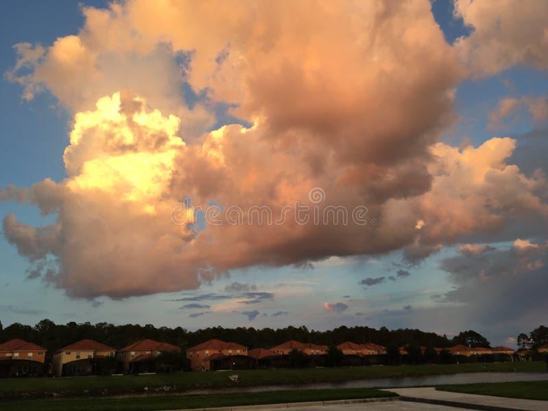 Nuvens e casas bonitas foto de stock royalty free