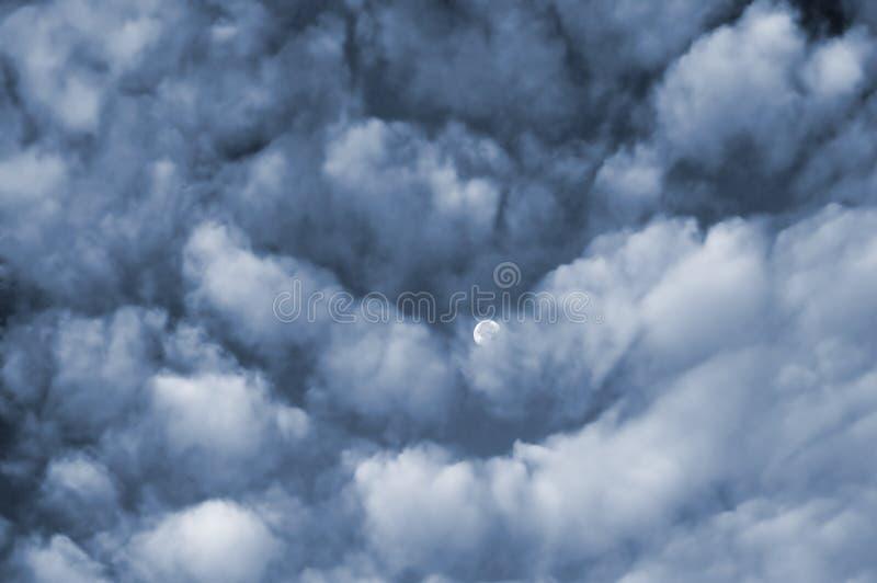 Nuvens e lua fotografia de stock