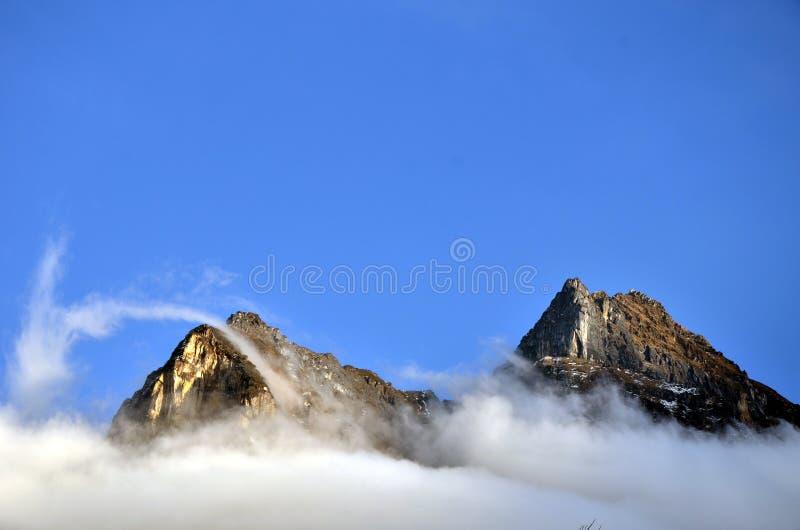 Nuvens e montanhas fotos de stock