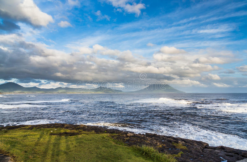 Nuvens e oceano bonitos com Mt Vulcão de Kaimon, Kagoshima, Japão imagens de stock royalty free