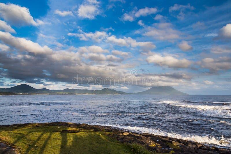 Nuvens e oceano bonitos com Mt Vulcão de Kaimon, Kagoshima, K fotos de stock royalty free