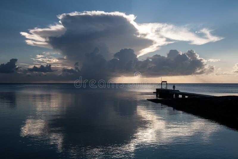 Nuvens e por do sol de Cumulus foto de stock