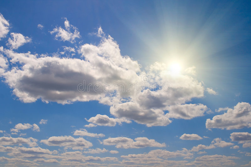 Nuvens e sol brancos fotografia de stock royalty free