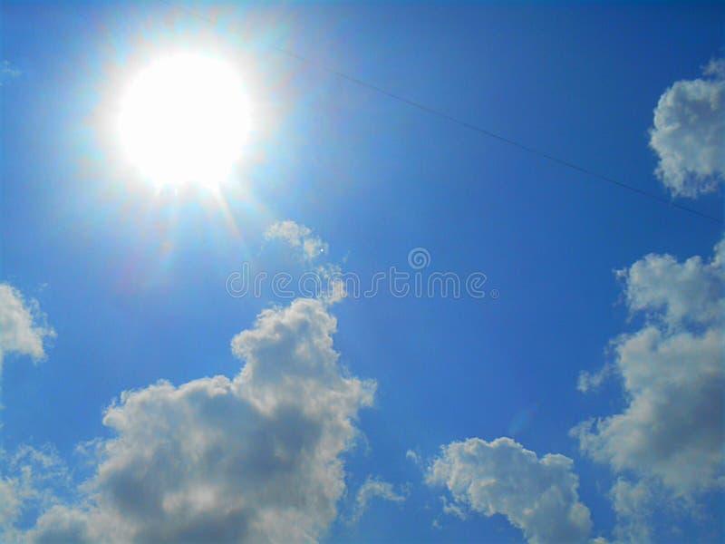 Nuvens e sol no céu azul imagem de stock royalty free
