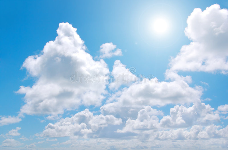 Nuvens e Sun fotografia de stock royalty free