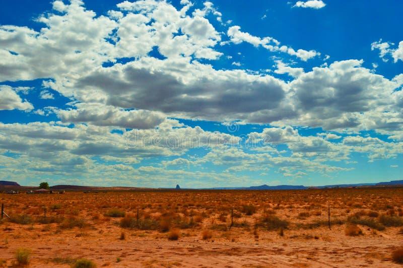 Nuvens e vale do monumento do deserto imagem de stock