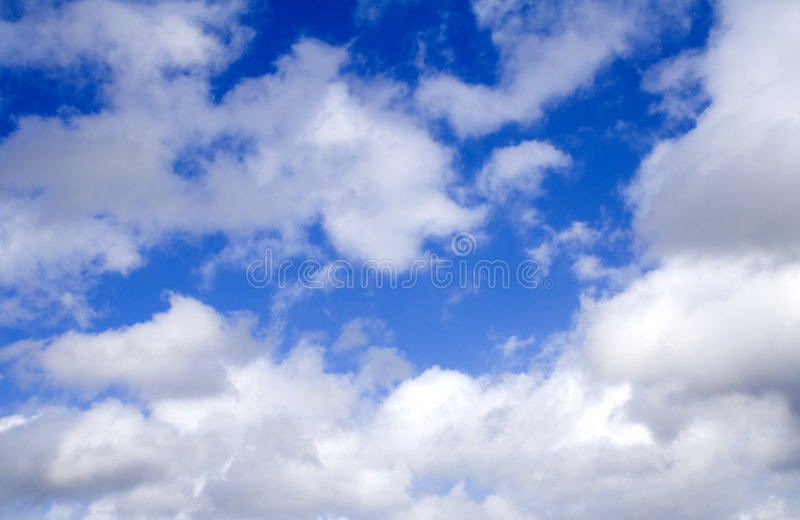 Nuvens em um céu azul fotografia de stock