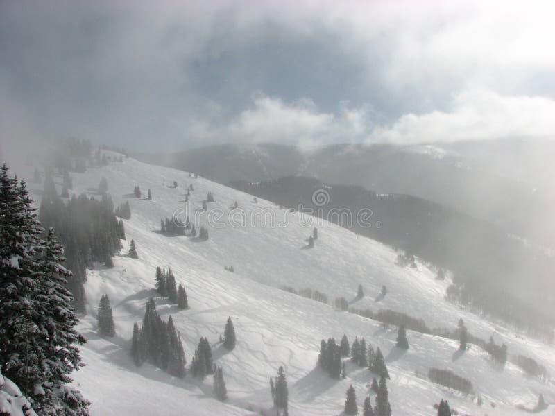 Nuvens enevoadas da montanha foto de stock royalty free