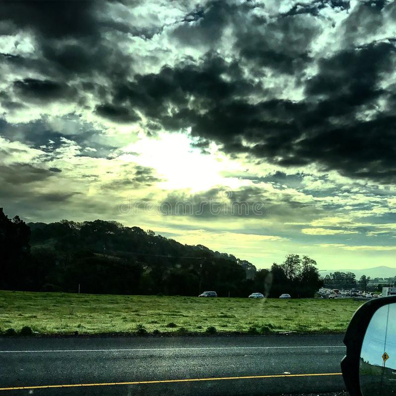 Nuvens escuras assustadores e luz do sol fotografia de stock royalty free