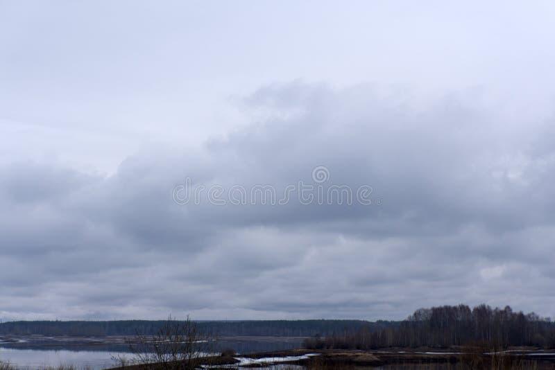 Nuvens escuras e cores bonitas sobre a ilha fotos de stock royalty free