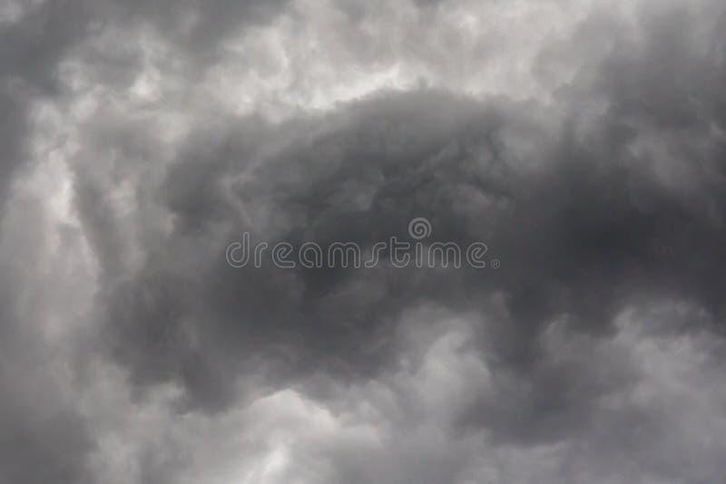 Nuvens escuras ou pretas no c?u antes de chover da tempestade fotografia de stock royalty free
