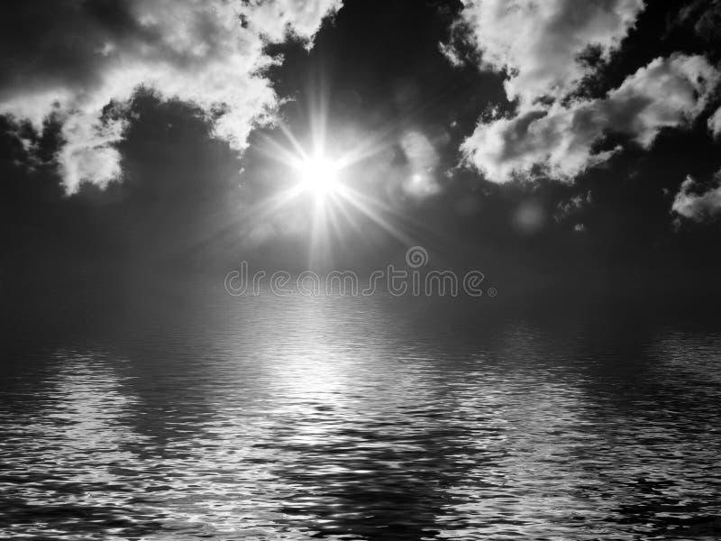 Nuvens escuras sobre a água fotografia de stock