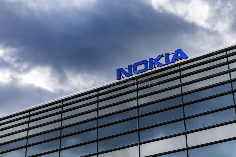 Nuvens escuras sobre o logotipo de Nokia sobre uma construção fotografia de stock royalty free