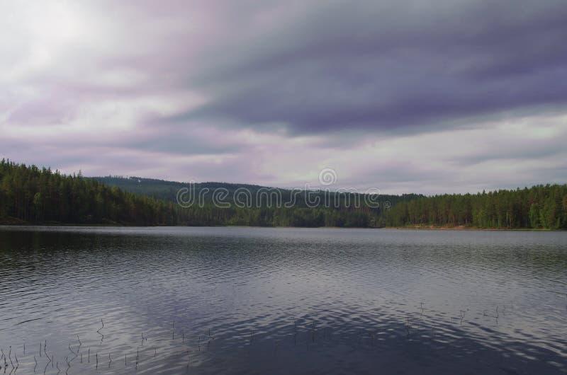 Nuvens escuras sobre um lago em Dalarna foto de stock
